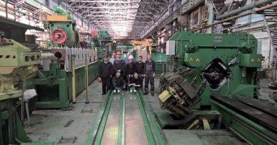 Un asse lineare per robot nella produzione di pale da turbina