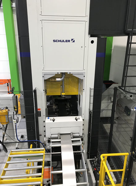 La pressa MC 400 ha una dimensione del piano di lavoro da 3.000 x 1.400 mm.