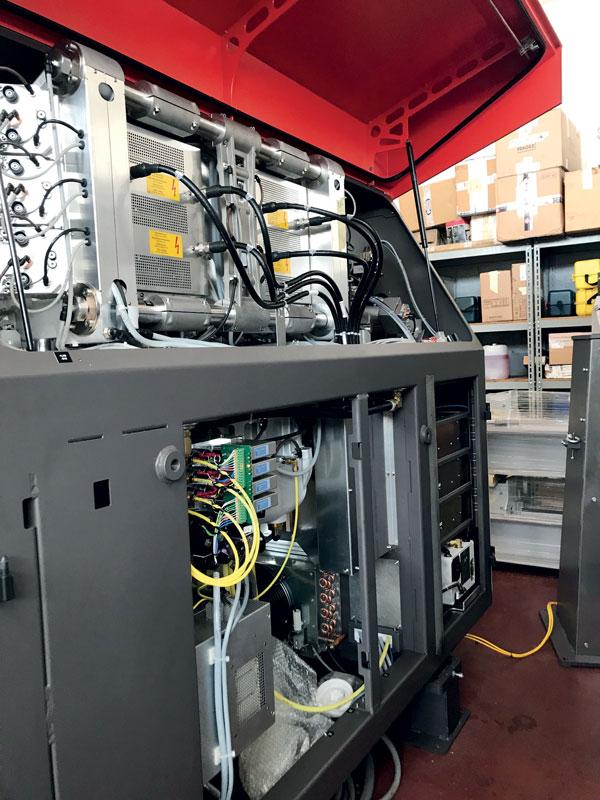 Con il CO2 c'è più variabilità di intervento, dall'usura della macchina ai diversi materiali e componenti interni.