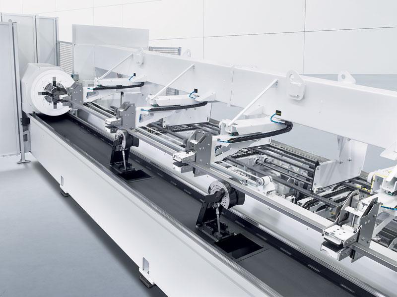 Il magazzino di carico barre, o area fascio tubi, offre un magazzino buffer in grado di contenere fino a 4 t di materia prima o fino a 5 t con la versione del carico da 8 m di lunghezza.
