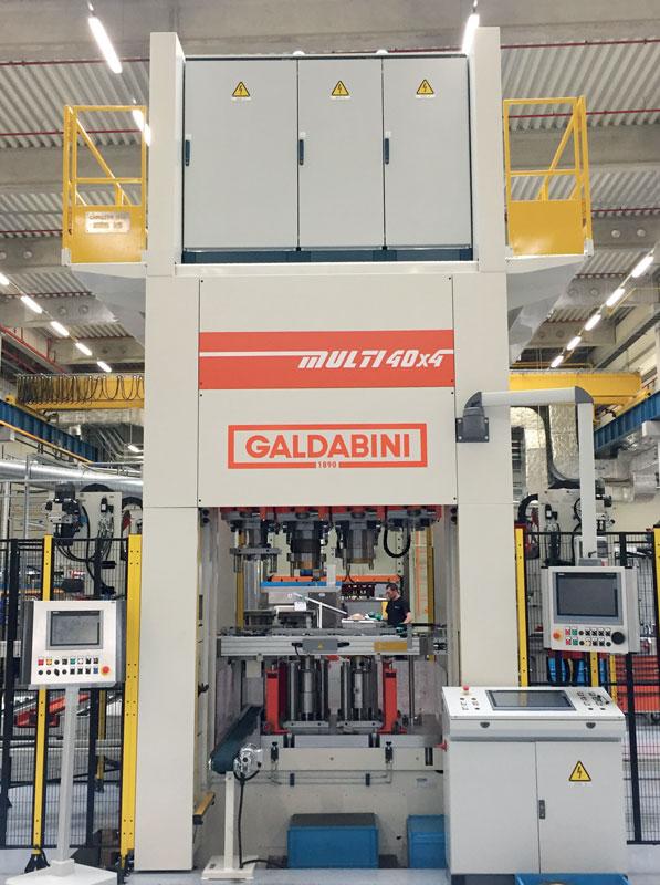 La pressa Galdabini MULTI 4x per lo stampaggio di cartucce filtro.