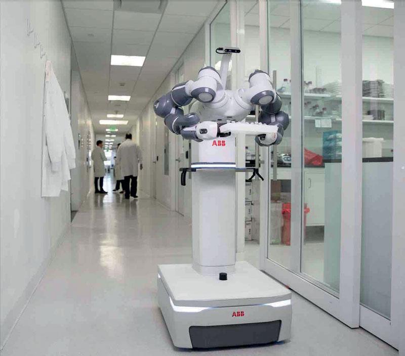 Un robot YuMi dual arm usato nei reparti ospedalieri.