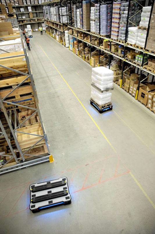 Gli operatori possono controllare in ogni momento dove si trovano i robot mobili.