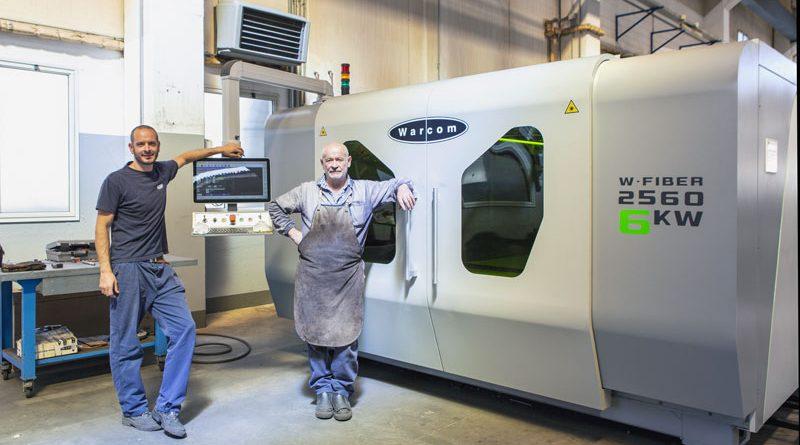I titolari di Carpenteria Santarelli davanti al sistema di taglio laser fibra Warcom W-Fiber 2560.