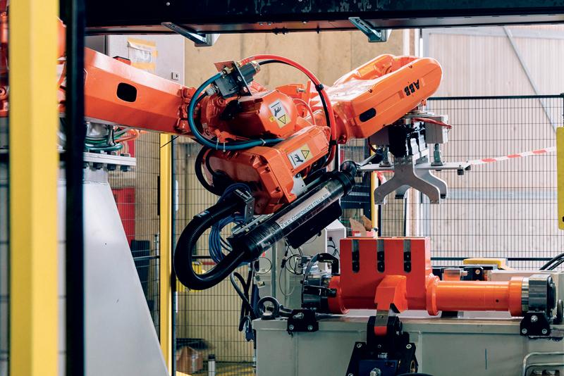 Linea di colata ModulArt asservita da un robot IRB 6620 con 8 assi esterni.
