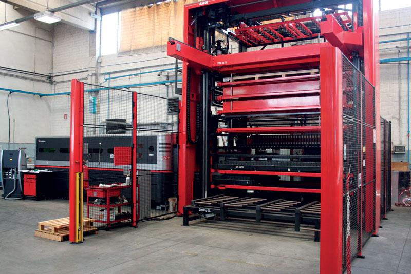 Il sistema di taglio laser in fibra AMADA FOL-3015AJ Fiber da 4.000 W.