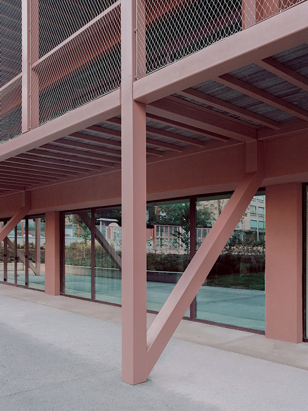 La modularità dei nuovi telai disegna un'ossatura filiforme completata da una rete metallica che enfatizza la permeabilità visiva e il rapporto con l'esterno.