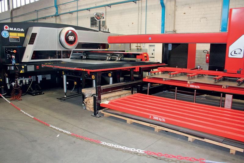 Le combinate EML-3610NT di AMADA sono equipaggiate con un sistema LIII che carica le lamiere in automatico.