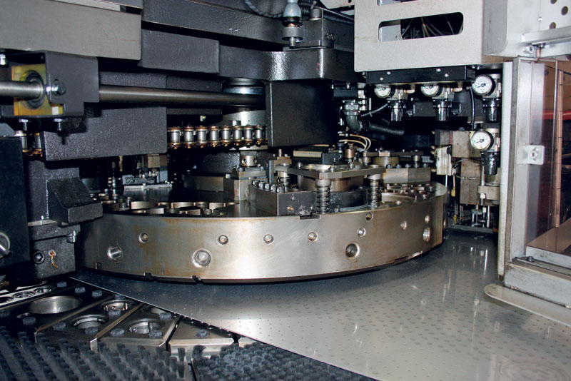 Le combinate EML-3610NT installate in Med Matrix sono macchine da 30 t con 45 utensili a torretta e campo di lavoro 3.000 x 1.500 mm.