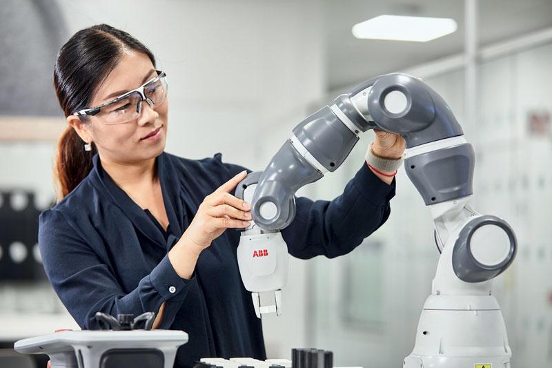 Il Rinascimento digitale, secondo ABB, passa dalla stretta collaborazione fra gli uomini e tutta la gamma di robot, non solo i cobot come YuMi.