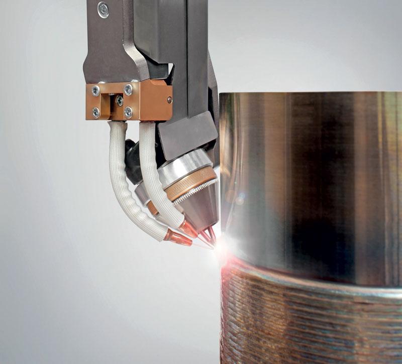 SpeedClad Twin raggiunge una velocità tre volte superiore a quella del processo con filo caldo TIG grazie a due elettrodi e due fili di saldatura.