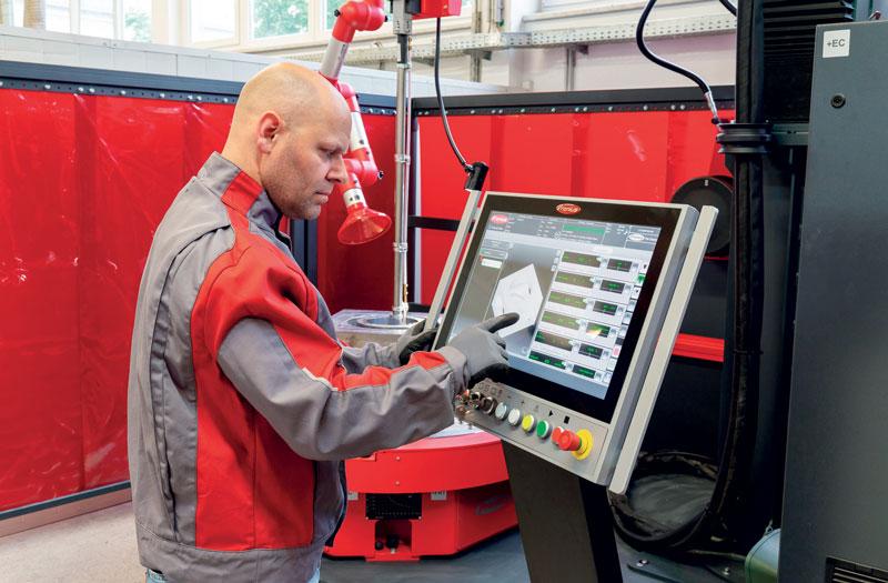 Il comando del sistema HMI T21 offre visualizzazione 3D in tempo reale e monitoraggio dei valori reali.
