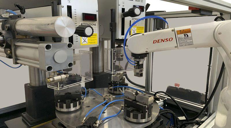 Cuore della cella è una tavola rotante che ruota di 120° e prevede tre differenti meccanismi, uno di foratura, uno di maschiatura e uno di caricamento delle morse eseguito dal robot VS050.
