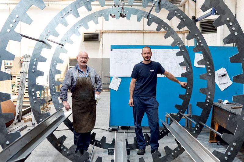 Sergio (a sinistra) ed Elvis Santarelli titolari dell'omonima Carpenteria specializzata, tra le altre cose, nella produzione di macchinari per il petrolchimico.