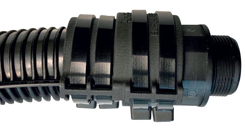Primo prototipo (sopra): tubo corrugato stabile rinforzato da e-rib e supporti in tecnopolimero fissati con pettini. Sotto: nuova soluzione che rende superflui i pettini grazie al principio di collegamento. (Fonte: igus GmbH)