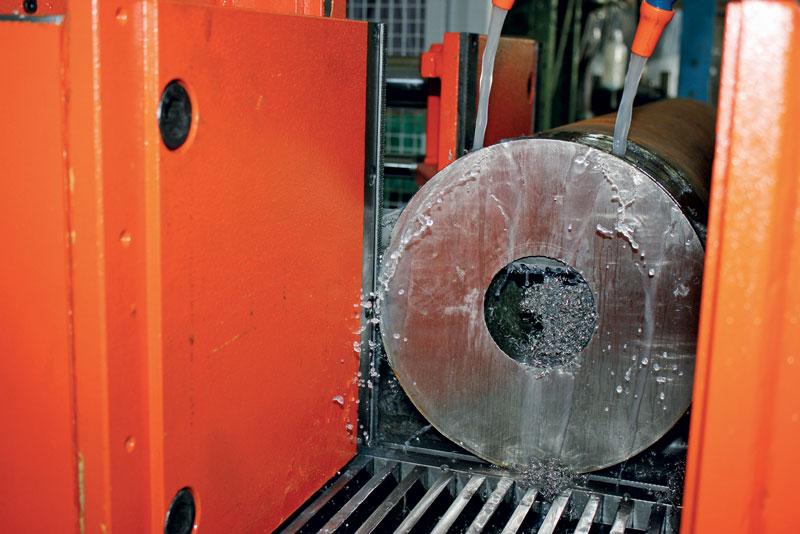 Per evitare che la lama si surriscaldi con conseguente deterioramento della qualità del taglio è necessario un afflusso regolare, abbondante e ben direzionato del liquido refrigerante nella zona di taglio.