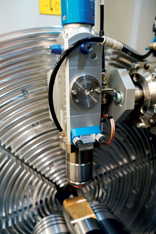 La bocchetta di aspirazione dei fumi e i rulli di contenimento dei tubi vengono azionati manuale.