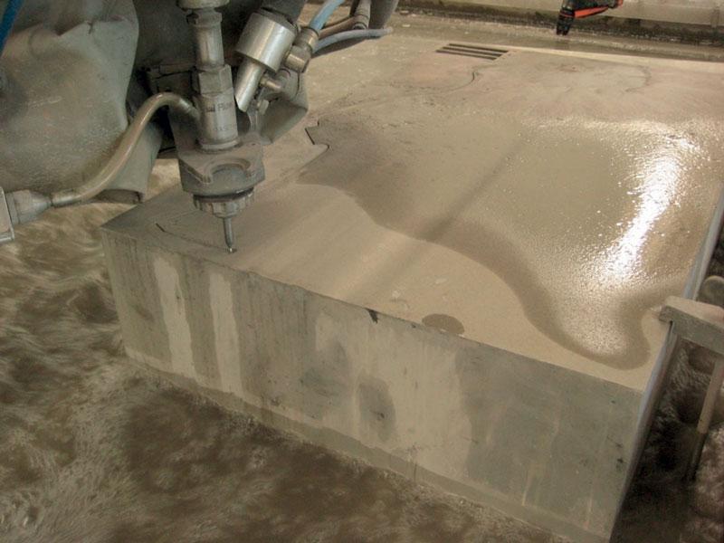 Taglio a 6000 bar di un particolare in alluminio spesso 180 mm.