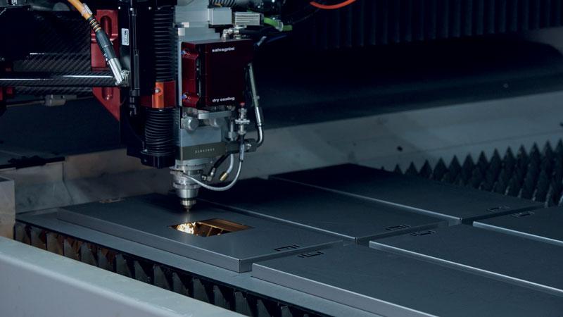 AVS trasforma il taglio laser in una stazione di lavoro a valle rispetto a precedenti attività di punzonatura e deformazione.