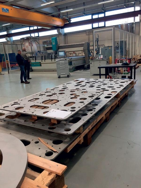 Piastra di acciaio inox spessa 20 mm costituente (basamento macchina imbottigliatrice) tagliata con tecnologia Flow waterjet. Courtesy: GAI Macchine Imbottigliatrici Spa.