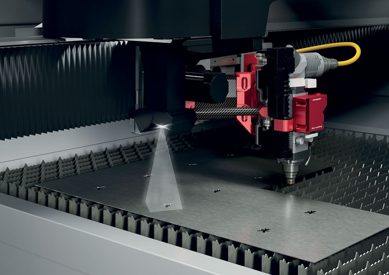 Per accelerare il centraggio della lamiera o di parti già punzonate o forate, Salvagnini ha introdotto AVS che può trasformare il taglio laser in una stazione di lavoro a valle rispetto a precedenti attività di punzonatura.