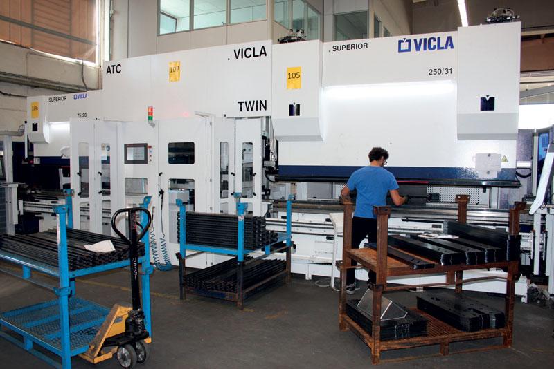 Le macchine VICLA sono due piegatrici ibride della serie SUPERIOR rispettivamente da 250 t e 75 t, collegate da un magazzino con ben 60 m di utensili di piega.