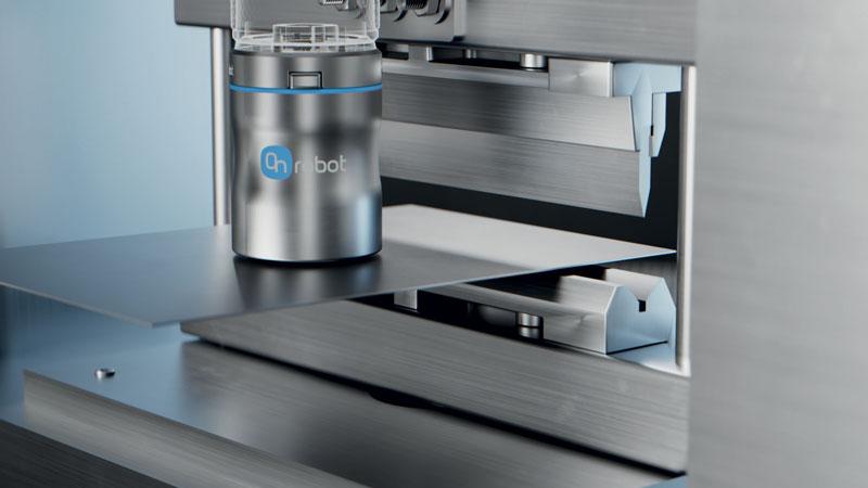 La nuova pinza magnetica MG10 di OnRobot è adatta per l'asservimento alle presse piegatrici e la manipolazione dei pezzi in lamiera.
