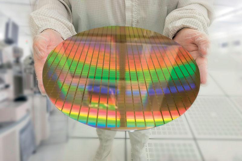Produzione di wafer di silicio per semiconduttori in spazi ad altissima purezza.