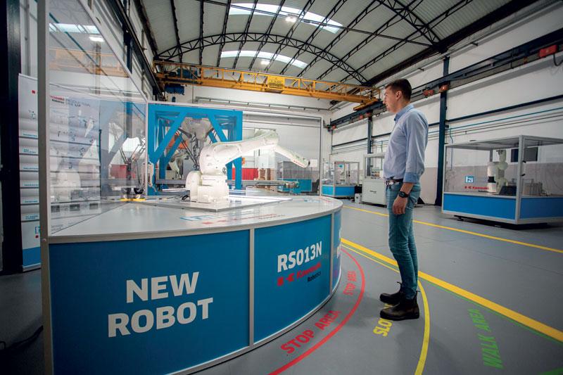 La robotica safe consiste nel trasformare una cella standard in un'applicazione più sicura e collaborativa, tramite l'utilizzo della scheda di sicurezza Cubic-S di Kawasaki montata all'interno del controllore.