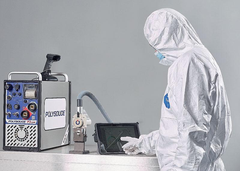 Un operatore in camera sterile utilizza la Smart Welding Station P3.