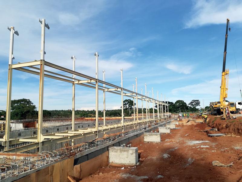 La struttura che sostiene i solai è costituita da una serie di telai centrali a doppia altezza, coppie di colonne ancorate alla platea di fondazione, da una trave inferiore e da una trave superiore.