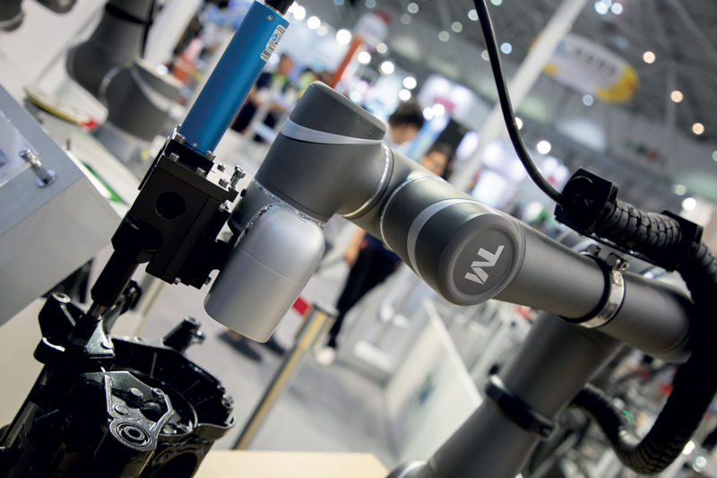 Nel credo di OMRON, gli operatori sono i supervisori dell'impianto e tutte le operazioni ripetitive vengono eseguire dai robot collaborativi, massimizzando efficienza e tracciabilità.