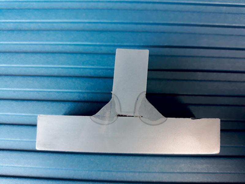 Comparazione di una saldatura effettuata con miscela performante ternaria SIAD sulla sinistra, con una miscela standard binaria sulla destra. Si nota come la miscela perfomante ha penetrato più efficacemente.