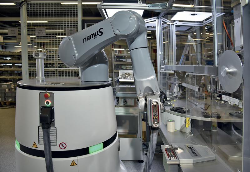 Il robot mobile HelMo di Stäubli integra un asse di rotazione aggiuntivo della piattaforma sulla quale è fissato il robot.