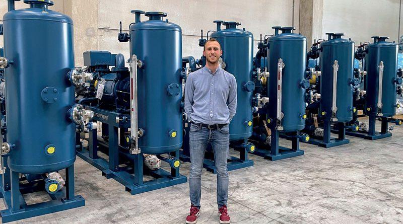 Federico Travaini, Vicepresidente e quarta generazione della famiglia Travaini attiva in azienda, di fronte a 6 sistemi ingegnerizzati per vuoto Hydrosys.