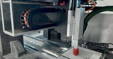 L'unità di perforazione ad alta velocità esegue, in solo 17 secondi, un centinaio di fori di 6 mm di diametro e profondità con massima precisione in un pannello di legno composito rivestito.