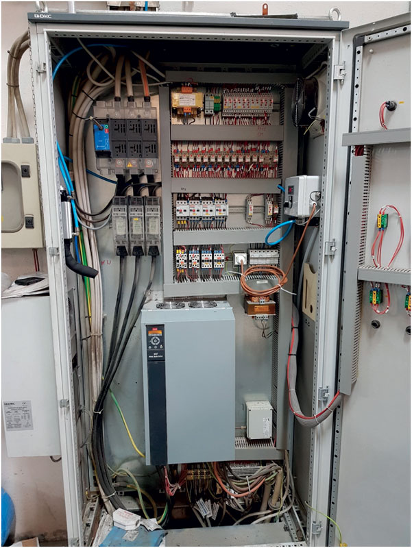Un raffreddatore pneumatico Aireka installato all'interno di un quadro elettrico per contrastare il surriscaldamento.