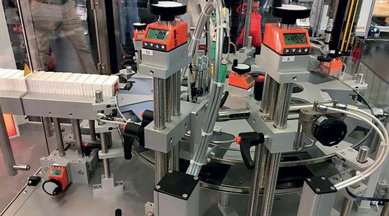 Applicazione wdegli indicatori di posizione elettronici DD52R-E-RF di Elesa su una macchina per imballaggio.