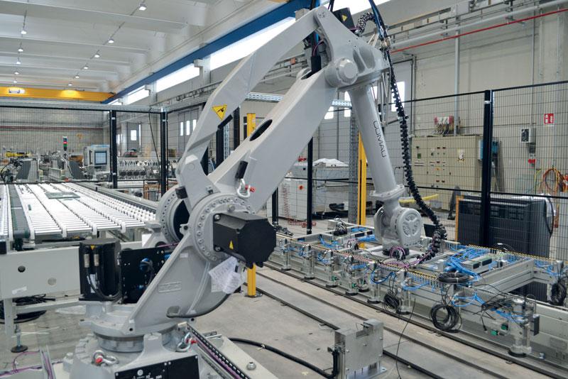 Anche in questo caso la zona di trasferimento e rotazione della lastra da una molatrice all'altra è assolta da un robot antropomorfo.