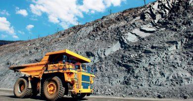 Autocarro a cassone ribaltabile nelle attività minerarie.