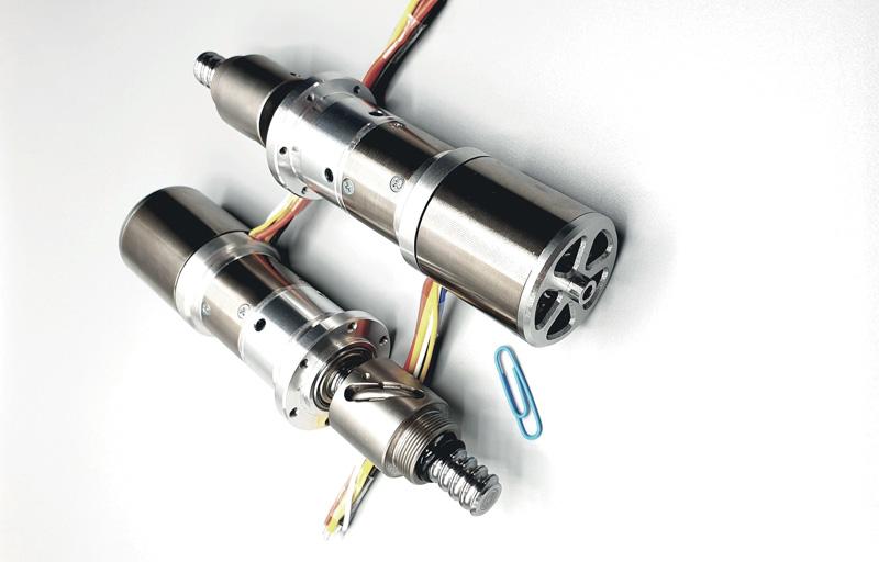 Attuatore lineare con vite a ricircolo di sfere e motore brushless outrunner.