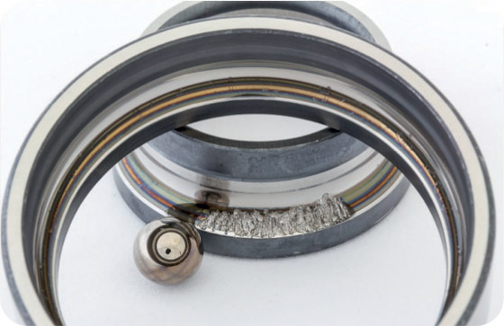 Tra le cause più comuni dell'usura dei cuscinetti figura il cosiddetto falso brinelling (usura da sfregamento). La tecnologia PD protegge il cuscinetto dal falso brinelling in tutte le sue forme.
