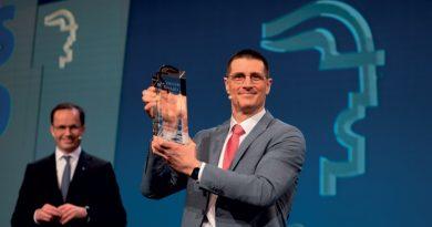 l L'Hermes Award 2021, il più importante premio internazionale del settore, assegnato a Bosch Rexroth (da sinistra a destra) Dr.Jochen Köckler (Presidente del consiglio di amministrazione, Deutsche Messe AG) e Thomas Fechner (Leiter Produktbereich New Business, Bosch Rexroth AG).