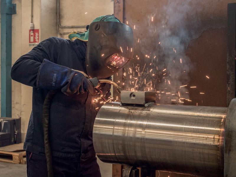 Welding of a cylinder at Nuova Oleodinamica Bonvicini