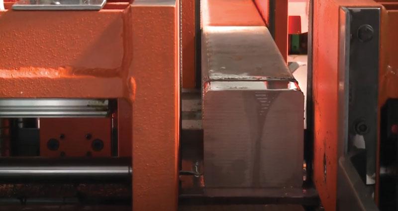 """Vero e proprio """"cuore"""" del sistema di taglio realizzato da ISTech per Top Automazioni è rappresentato dalla segatrice Power 360NC, in grado di tagliare superfici fino a 360 x 360 mm e capace di gestire barre piatte con uno spessore fino a 300 mm."""