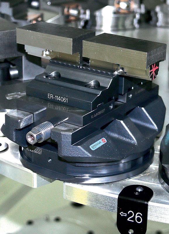 Oltre a ProductionChuck 210, Cattin Usinage utilizza le morse per pezzi grezzi Erowa.
