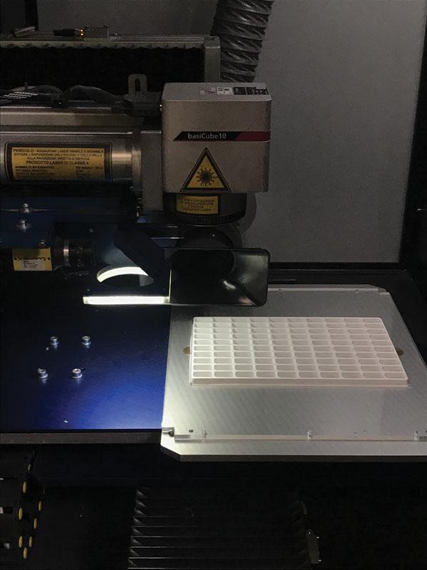 La posizione del particolare da marcare viene riconosciuta dalla camera che invia in modo automatico alla testa laser le informazioni necessarie per marcare il pezzo in posizione corretta, rilevando posizione e rotazione del particolare.