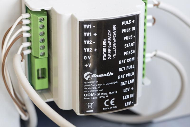 La gestione completamente elettrica della parte inerente la sicurezza garantisce che leva e pulsante salvamano siano azionati con precisa contemporaneità, assicurando che l'operatore lavori in modo totalmente sicuro.