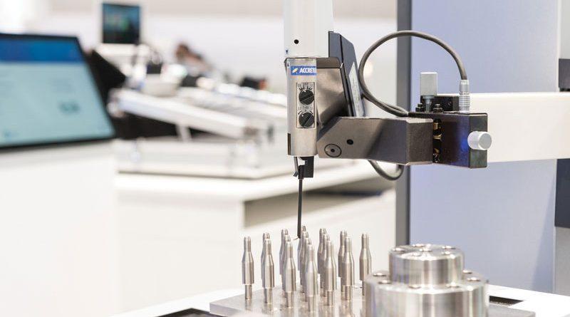 La tavola di posizionamento automatizzata XY per i misuratori di forma ha una corsa pari a 200 mm sull'asse X e di 100 mm sull'asse Y con la possibilità di misurare a una velocità dell'asse di 20 mm/s.