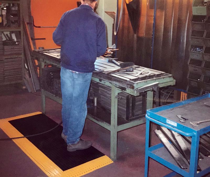 Negli anni '90, oltre allo sviluppo di protezioni per macchine utensili Repar2 realizza anche pedane antiscivolo.